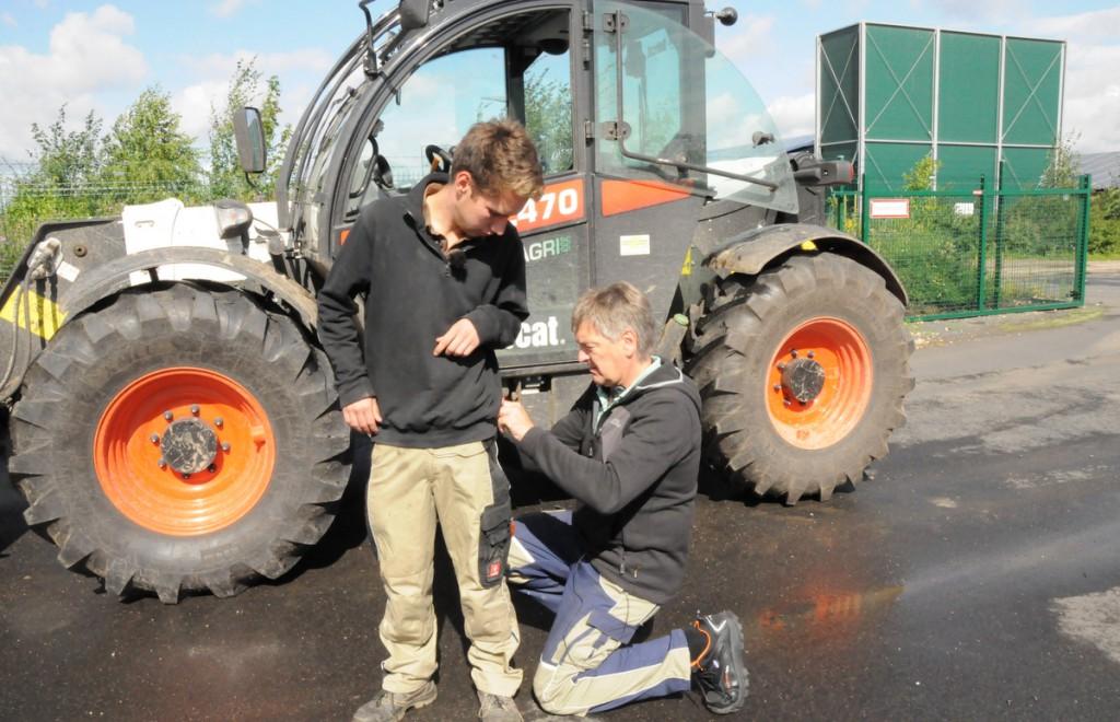 Landwirt Dreh: Verkabeln für den guten Ton. Foto: Stephanie Pletsch