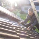 Montieren der Photovoltaikanlage: Foto: Stephanie Pletsch