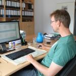 Unternehmensbeispiel NATURSTROM: Arbeit am PC auch bei der Planung von Biogasanlagen