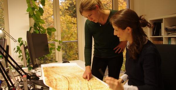 Doro und Gini analysieren ein Gesteinsprofil.
