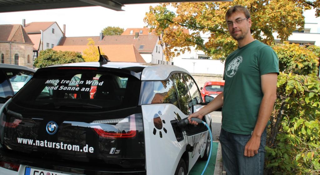 Christian Schubert mit seinem E-Auto. Foto: Jasmin Welker | Energiewende schaffen