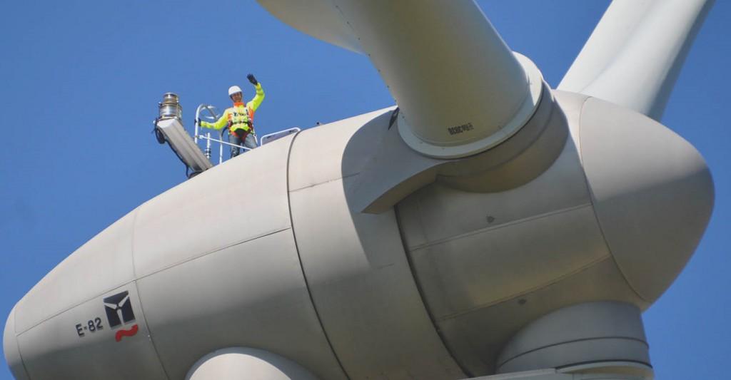 Ingenieur auf Windrad   Unternehmensbeispiel SL Naturenergie , Foto: SL Naturenergie